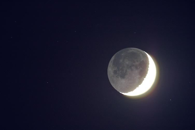 Sierp Księżyca, popielate światło i gwia