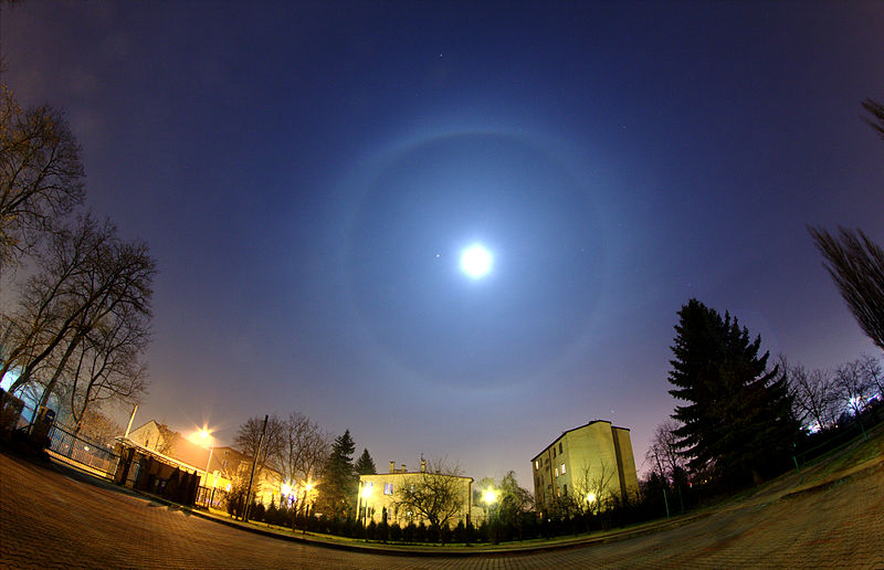 800px-Moon_halo_during_conjunction_with_