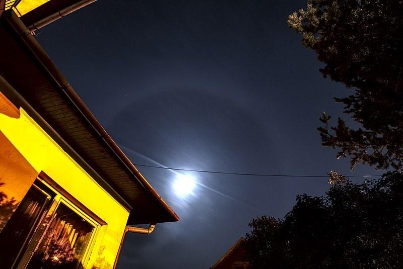 800px-Moon_halo_18.06.jpg