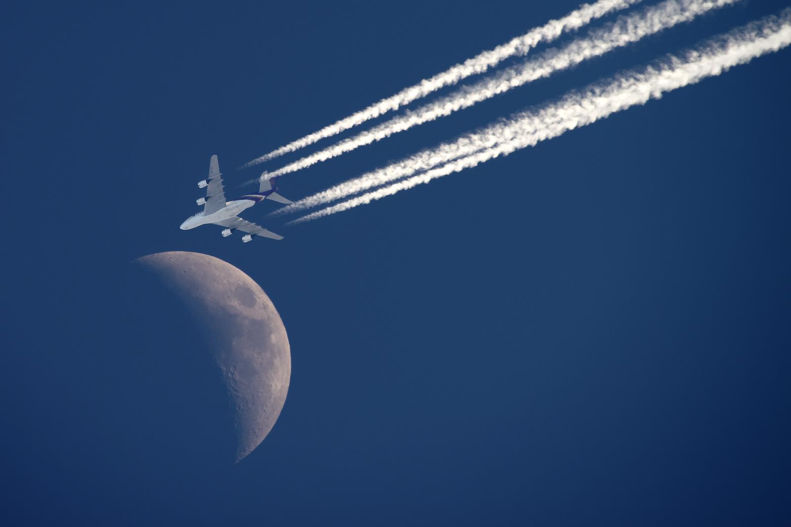 Księżyc + A380 Thai Airways.jpg