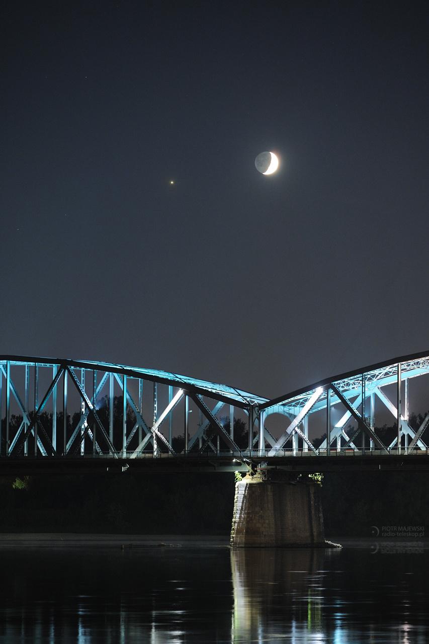 2019-10-03_Moon-Jupiter_Toruń_bridge_web.jpg