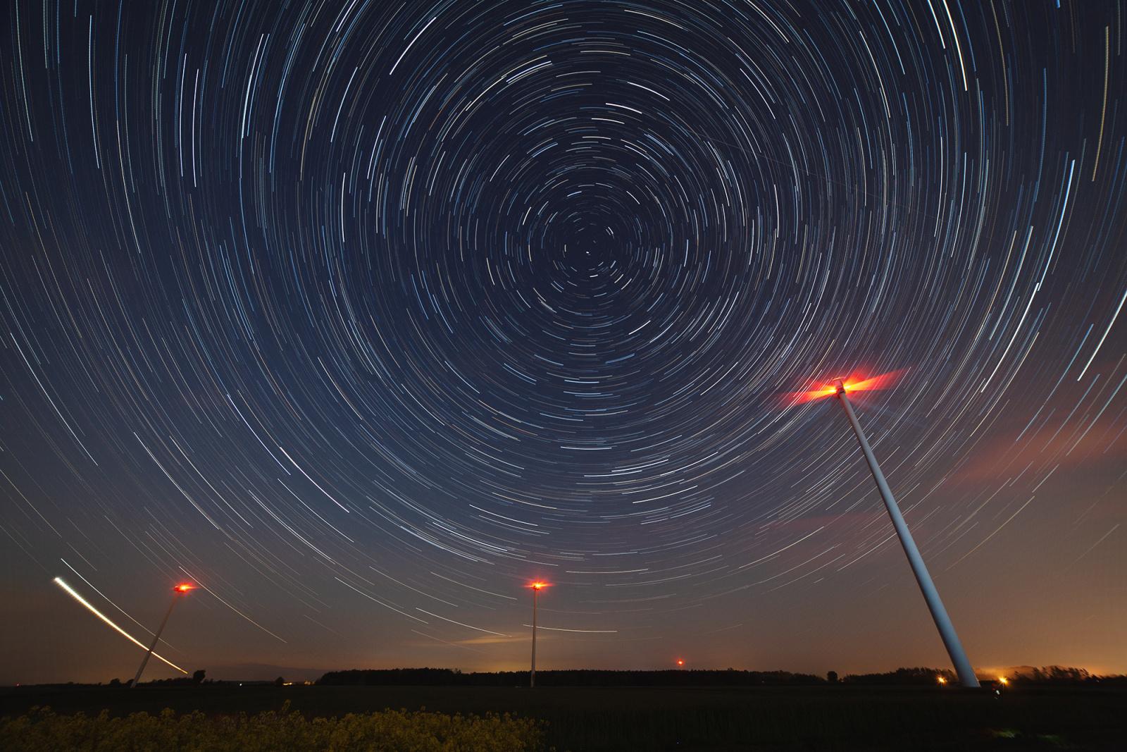 Startrail_windmills_full_5DMkII_AUTOBRon_HDRon_2000px.jpg