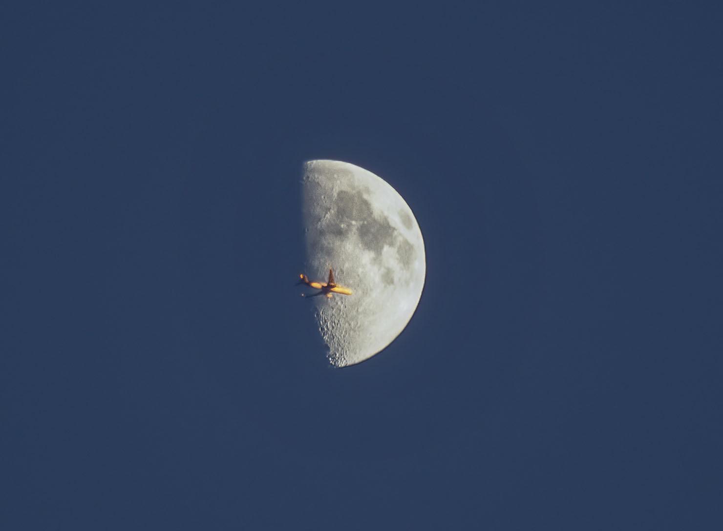 jeden moon samolot crop gaussen kopia.jpg